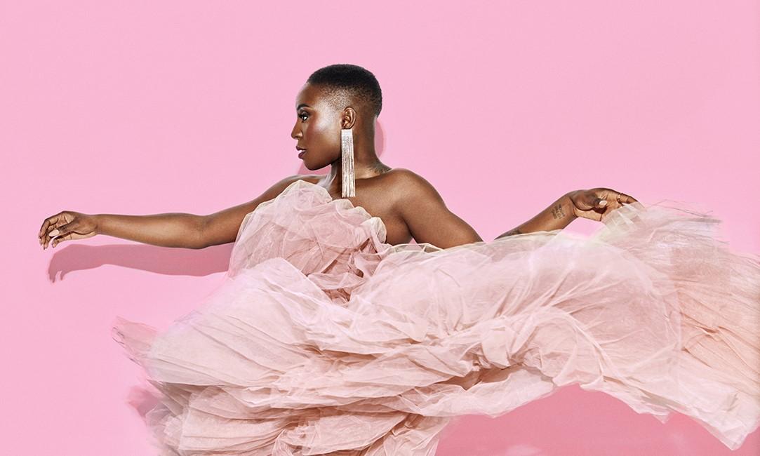 """Laura Mvula zakoračila na 80s pop teren novim albumom """"Pink Noise"""""""